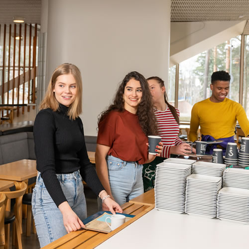 opiskelijat ravintolassa