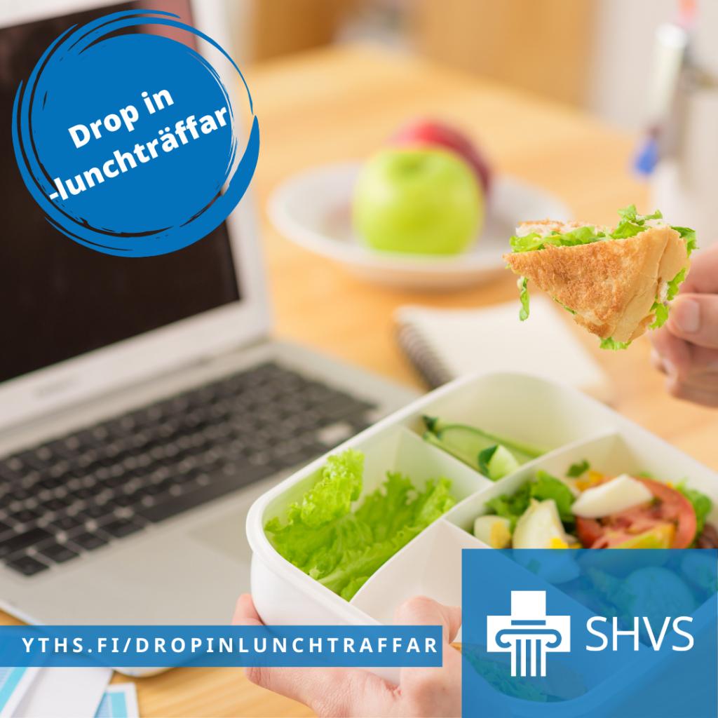 Opiskelija syö lounasta tietokoneen äärellä.