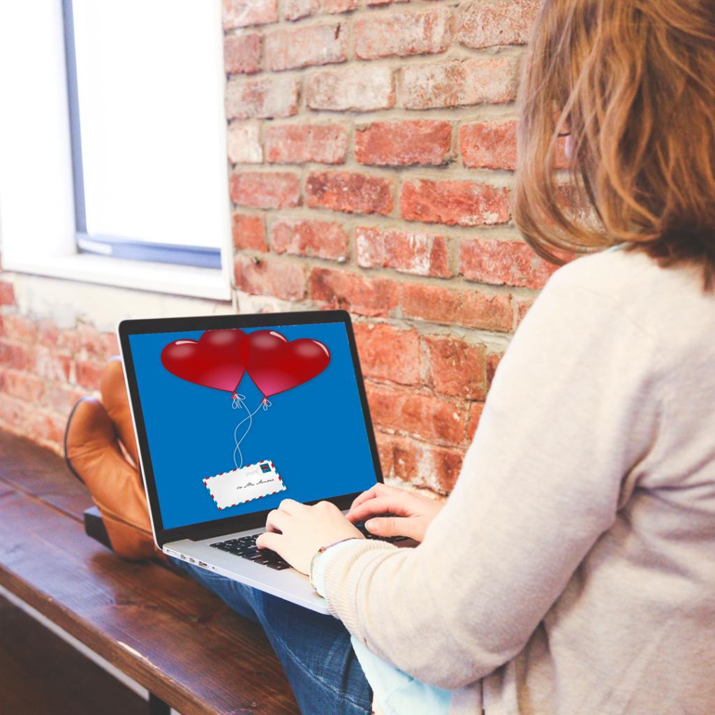 Naisopiskelija saa digitaalisen ystävänpäiväkortin.