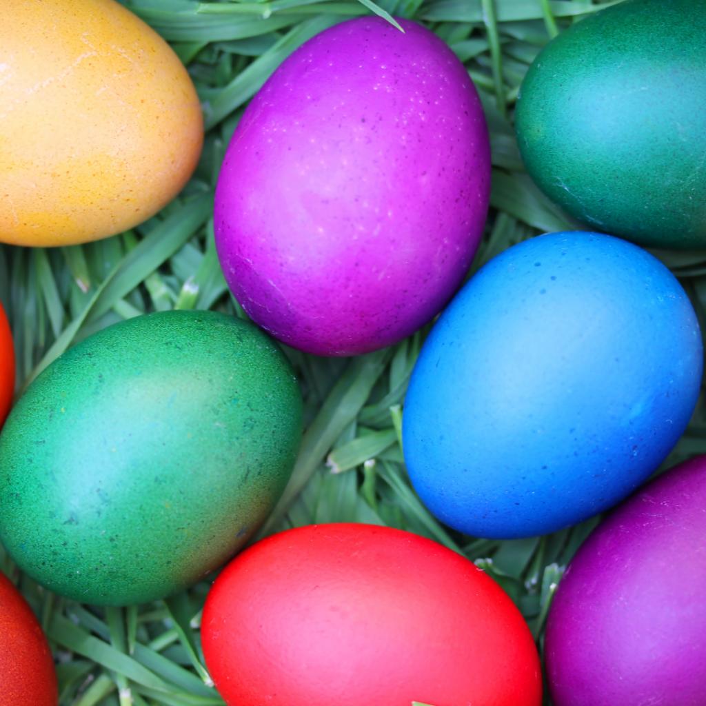 Kuvassa maalattuja, erivärisiä pääsiäismunia.